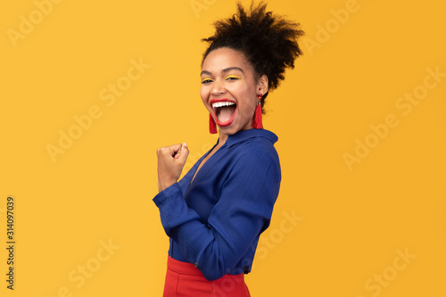 Cuadros en Lienzo Happy afro woman triumphing with raised hands