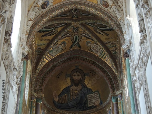 Photo Cefalù – Cathedral interior with Byzantine mosaic of apse