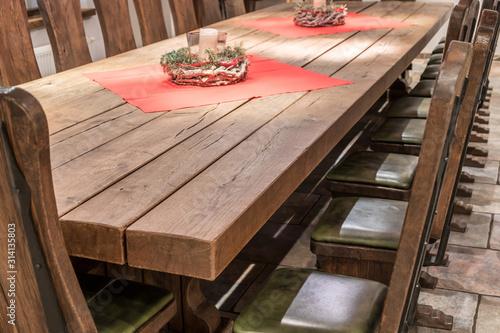 Riesiger Massivholztisch aus Echtholz mit dazu passenden Stühlen im rustikalen D Canvas Print