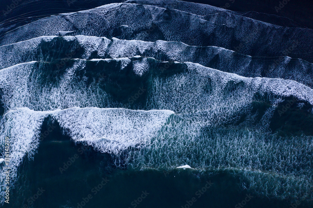 Fototapeta Top down view of giant ocean waves crashing and foaming