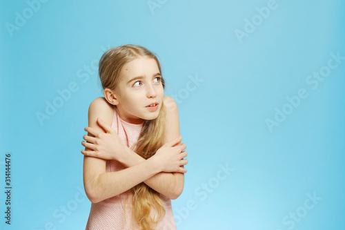 Cute little girl hugged herself Tablou Canvas