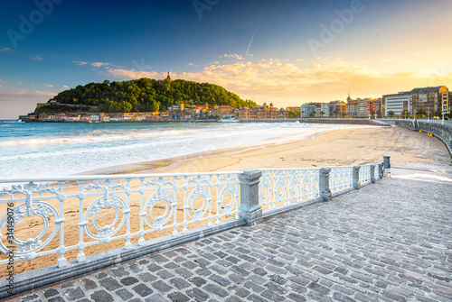Fotografie, Tablou Nice beach with the old town of San Sebastian, Spain in the morning