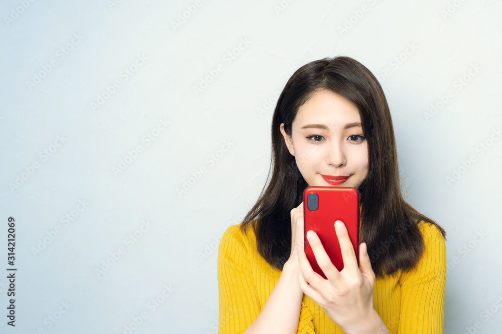 Fototapeta スマホを使う女性
