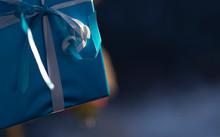 Dettaglio Di Pacchetto Di Natale Azzurro Con Fiocco Bianco