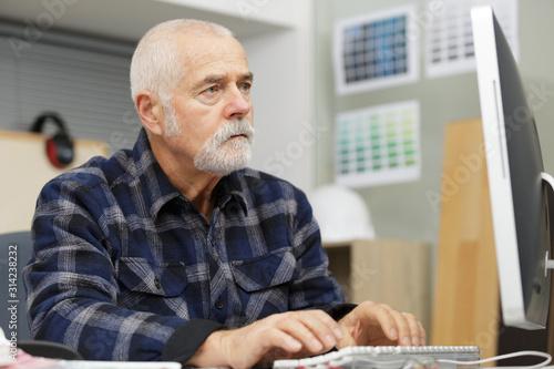 Fototapeta senior man using a computer obraz
