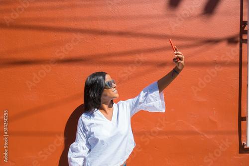 Cuadros en Lienzo  beautiful African-American young woman selfie in the city