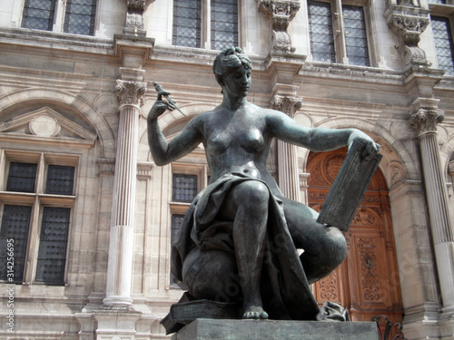 Photo Paris, France - June 23th 2012 : Focus on a bronze sculpture on the parvis of the town hall of Paris