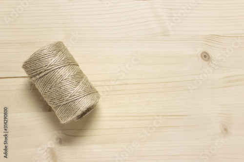 Photo Hank of packthread on wooden background