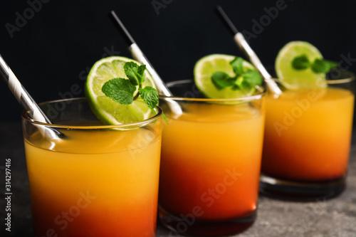 Fotografía  Fresh alcoholic Tequila Sunrise cocktails on grey table, closeup