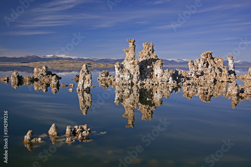 Fotomural Landscape of Mono Lake with tufa and Eastern Sierra Nevada Mountains, California