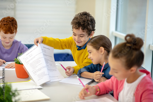 Fotomural Generous boy sharing his test answers with the classmate