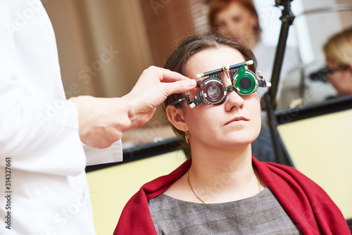 Photo female eye examinations at ophthalmology clinic