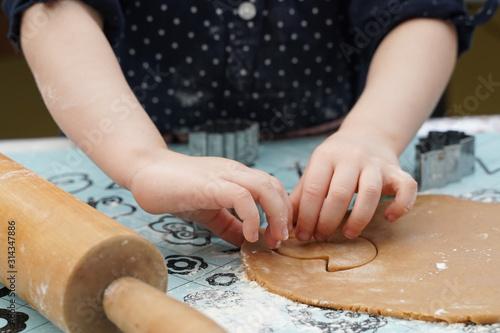 enfant fait des biscuits Canvas Print