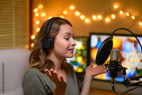 Reading text in a home studio into a microphone, radio or broadcast Fototapet