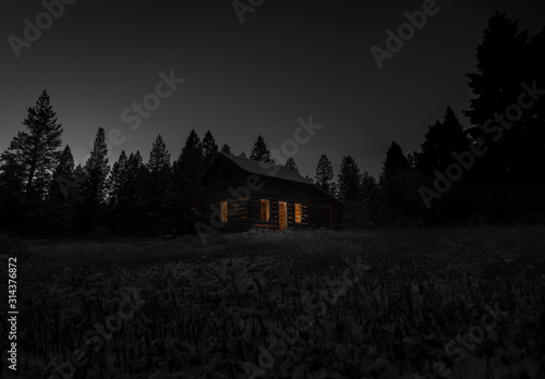Photographie Old cabin at night
