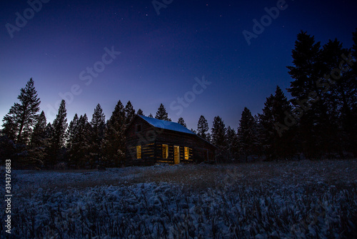 Photo Old cabin at night