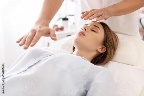 Billede på lærred Reiki master working with patient