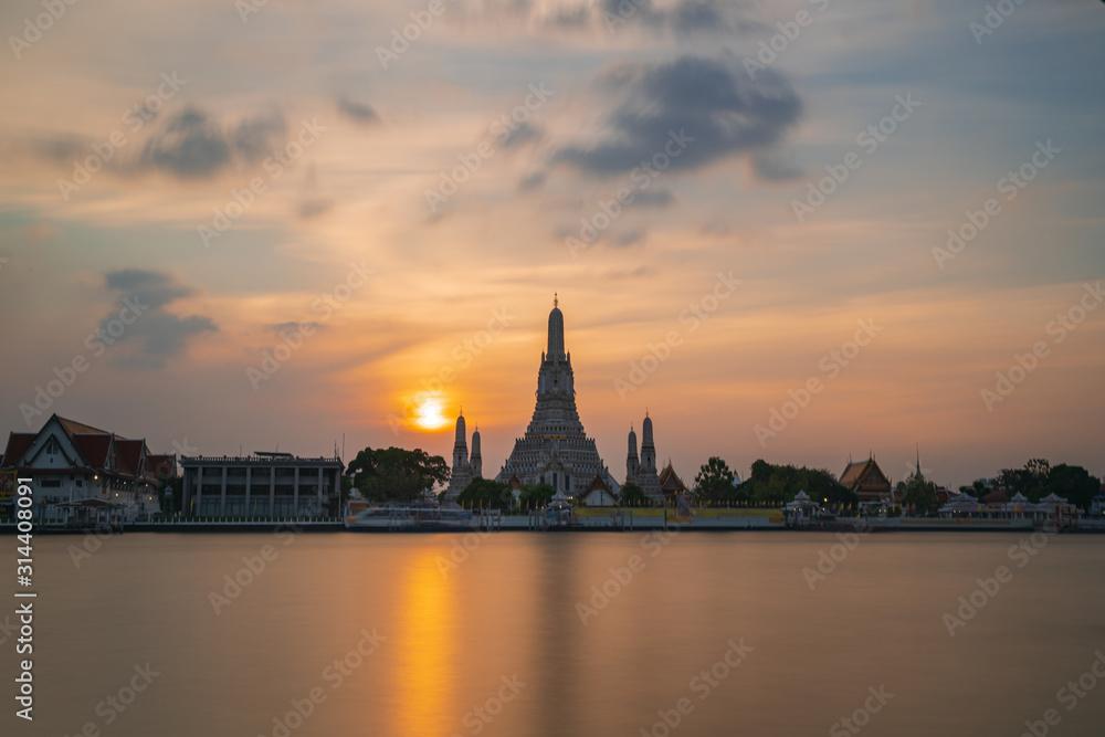 Fototapeta The most beautiful Viewpoint, Wat Arun Ratchawaram Ratchaworamawihan at sunset twilight sky, Bangkok,Thailand