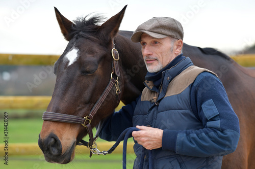 Photo Portrait of horseman standing by horse