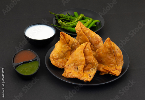 Indian Street Food Samosa or Samosas is a Crispy And Spicy Triangle Shape Snack Which Has Crisp Outer Layer of Maida & Filling of Mashed Potato, Peas And Spices Tapéta, Fotótapéta