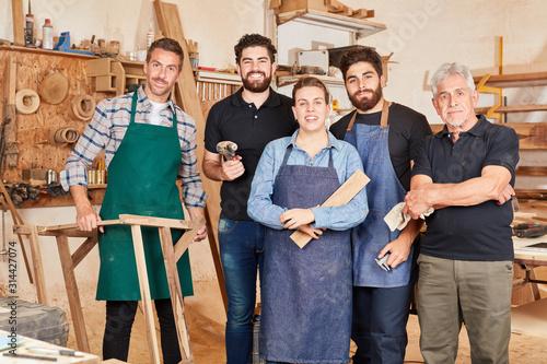Fotomural Handwerker Team mit Meister und Azubis