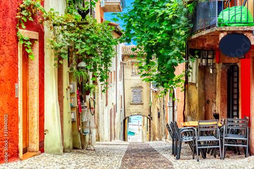 male-miasteczko-waski-widok-ulicy-z-kolorowych