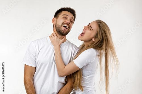 Valokuva woman jokingly strangles man