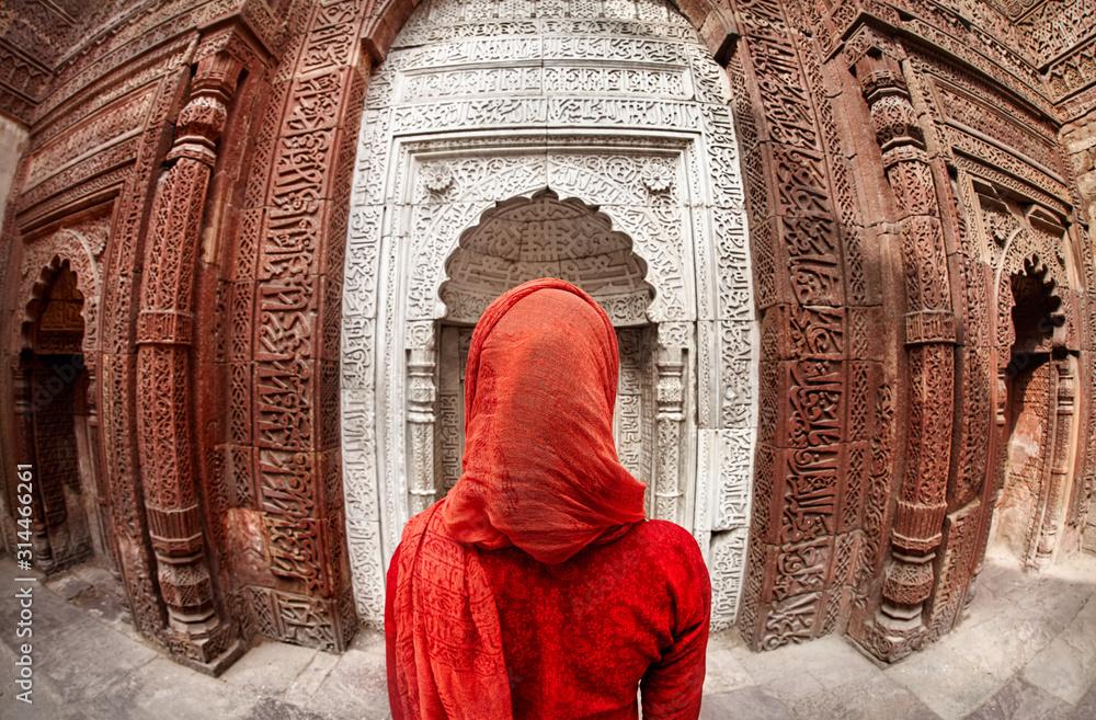 Fototapeta Woman at Qutub Minar in India
