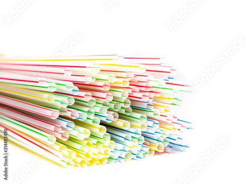 Obraz Viele Plastik Strohhalme isoliert auf weißen Hintergrund - fototapety do salonu