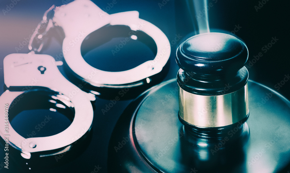 Obraz Law and order concept; handcuffs and gavel on desk. fototapeta, plakat