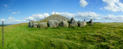 Panorama with a a prehistoric tomb and green grass in southern Ireland Fototapet