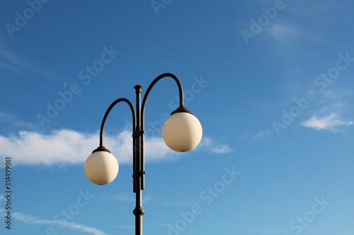 Lampione a due globi con cielo nube e luna Fototapet
