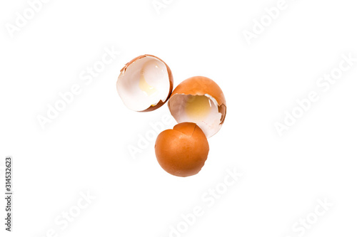 Photo eggs and eggshell isolated on white background