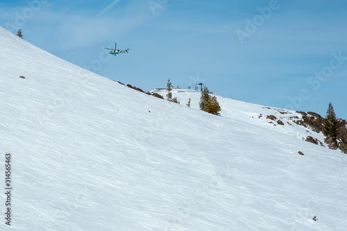 Photo Helicopter over snow resort - emergency airlift