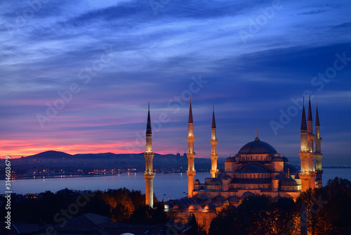 Carta da parati Lights on the Blue Mosque with red sky in the morning on the Bosphorus Sultanahm