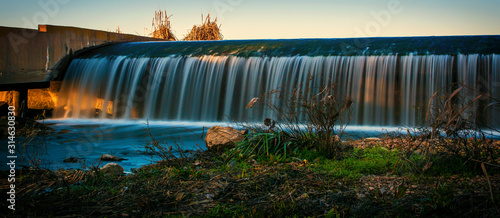 Papel de parede  Paisaje rural de una Presa de regulación que crea un ecosistema fluvial de gran