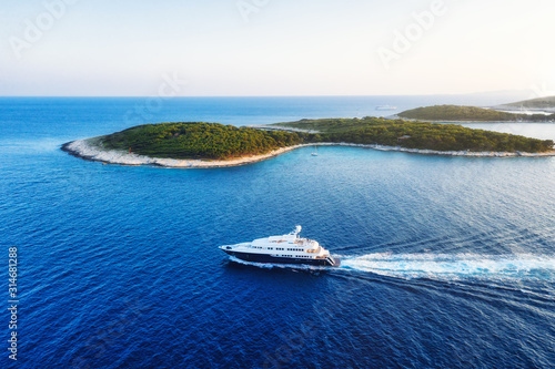 Fotografia Aerial view on the luxury yacht at the day time