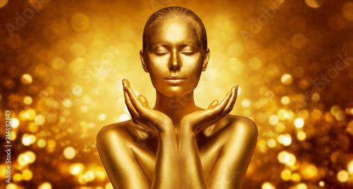 Fotografía Gold Skin, Beautiful Woman holding Golden Beauty in Hands, Fashion Body Art Make