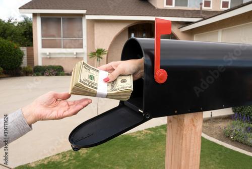 Cuadros en Lienzo Mailbox handing over money