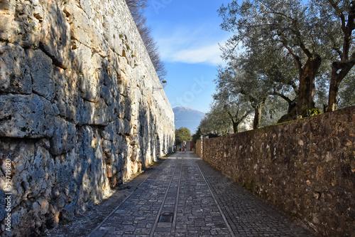 Photo The cyclopean walls of an ancient acropolis in an Italian town