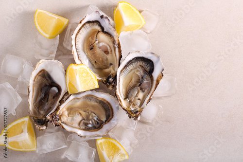 Photo Fresh oysters with lemon