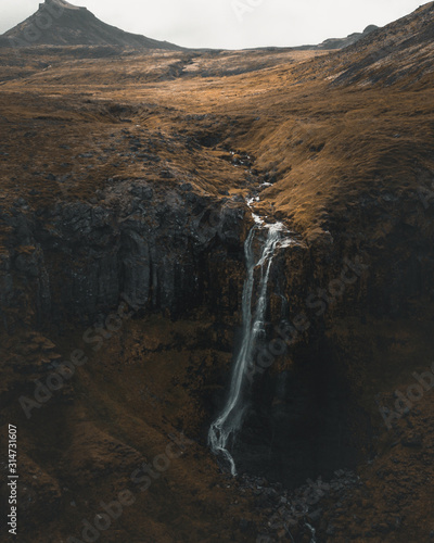Photo An ariel shot of waterfall in Snæfellsjökull, iceland