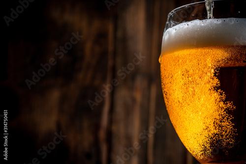 szklanka-piwa-na-drewnianym