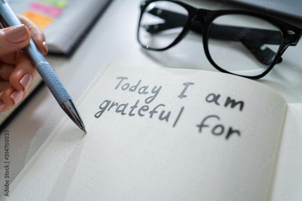 Fototapeta Person Writing I Am Grateful For Text