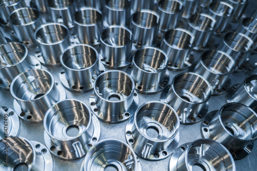 Photo a batch of shiny metal cnc aerospace parts production - close-up with selective