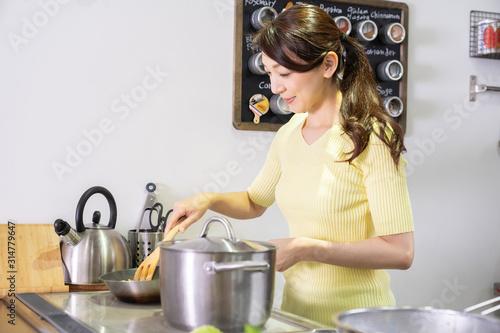 Fototapeta 料理をする女性 obraz