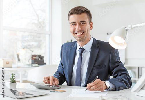 Foto Male bank manager working in office