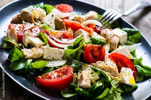 Fototapeta Tasty salad - vegetables , feta cheese and barbecue chicken fillet obraz