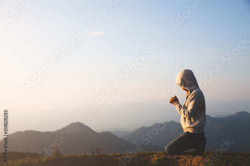 Foto A women is praying to God on the mountain