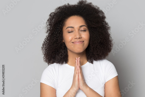 Photo Mindful hopeful african american millennial woman praying, asking for help